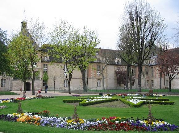Courtyard of Saint Louis Hospital. Photo GLK.