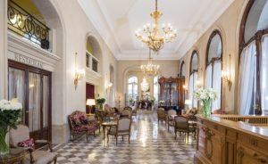 Lobby of the Hotel Regina. The revolving door is in the far right. Photo David Grimbert.